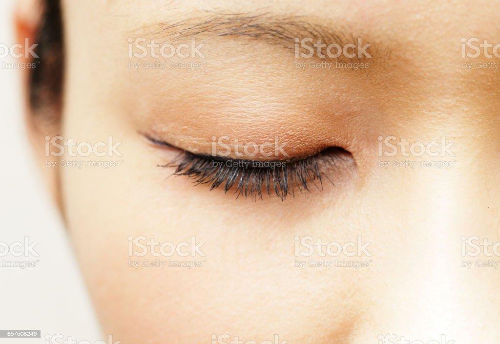 Frau mit Augenlid geschlossen – Foto