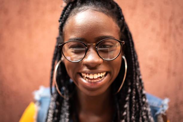 mujer con gafas retrato - mujeres dominicanas fotografías e imágenes de stock