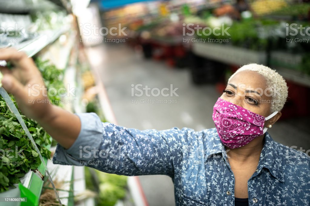 Woman with face mask shopping at supermarket - Royalty-free 40-44 Years Stock Photo
