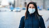 顔保護マスクを持つ女性