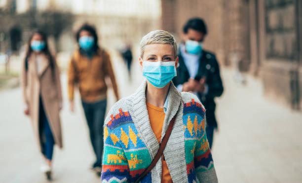 Frau mit Gesichtsschutzmaske – Foto