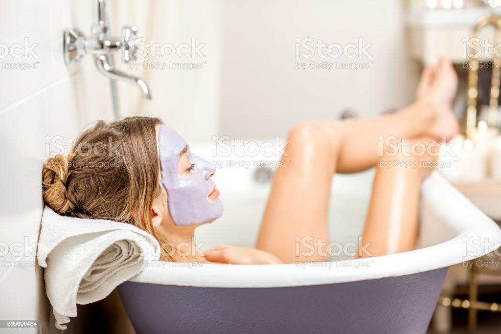 Frau mit Gesichtsmaske im Badezimmer – Foto