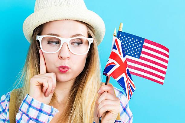Mujer con las banderas de países de habla inglesa - foto de stock