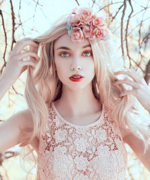 Mujer con corona de flores - foto de stock