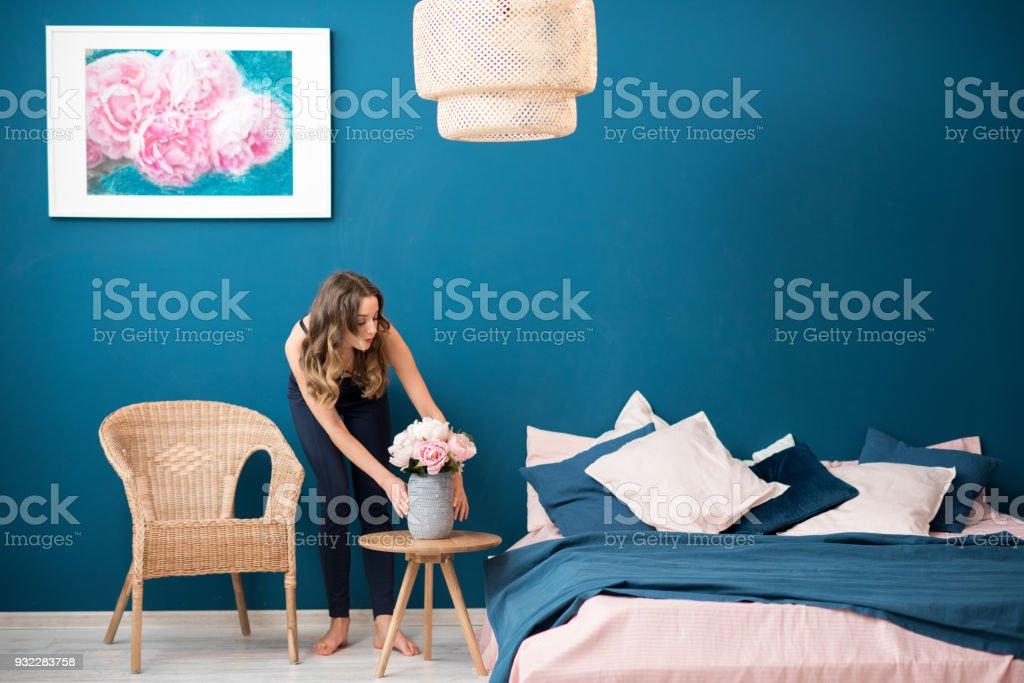自宅の花と女性 ロイヤリティフリーストックフォト