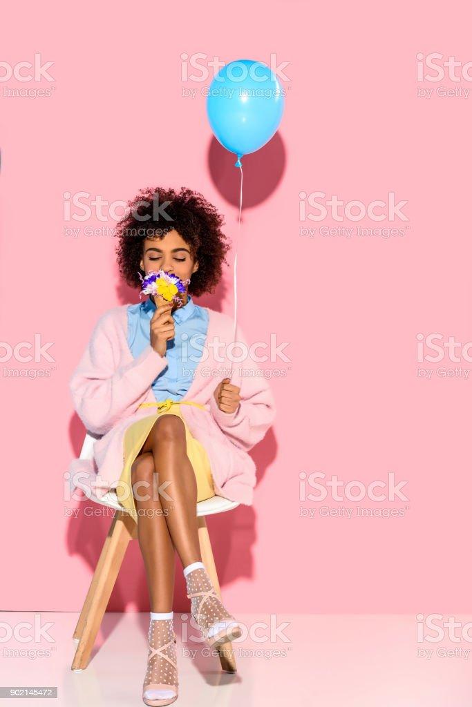 mulher com flores na casquinha de sorvete e balão - foto de acervo