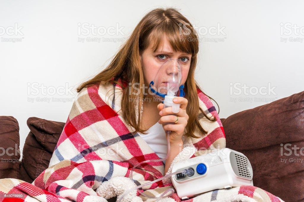 Femme présentant des symptômes de grippe ou rhume en inhalation - Photo