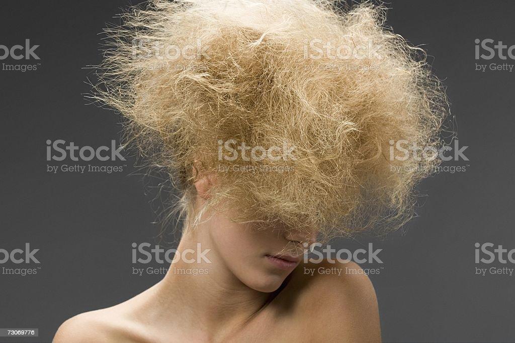 Mulher com Cabelo Crespo Estilo de cabelo foto de stock royalty-free