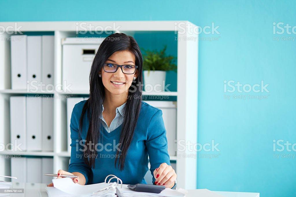 Mujer con gafas calcula el impuesto - foto de stock