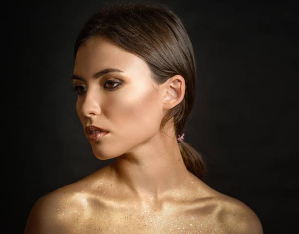 Femme avec du maquillage doré. - Photo