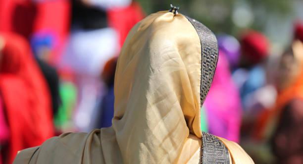 femme avec voile doré au cours d'un événement religieux sur le o de rues - Photo