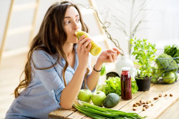 kobieta z zieloną zdrową żywnością w domu - detoks zdjęcia i obrazy z banku zdjęć