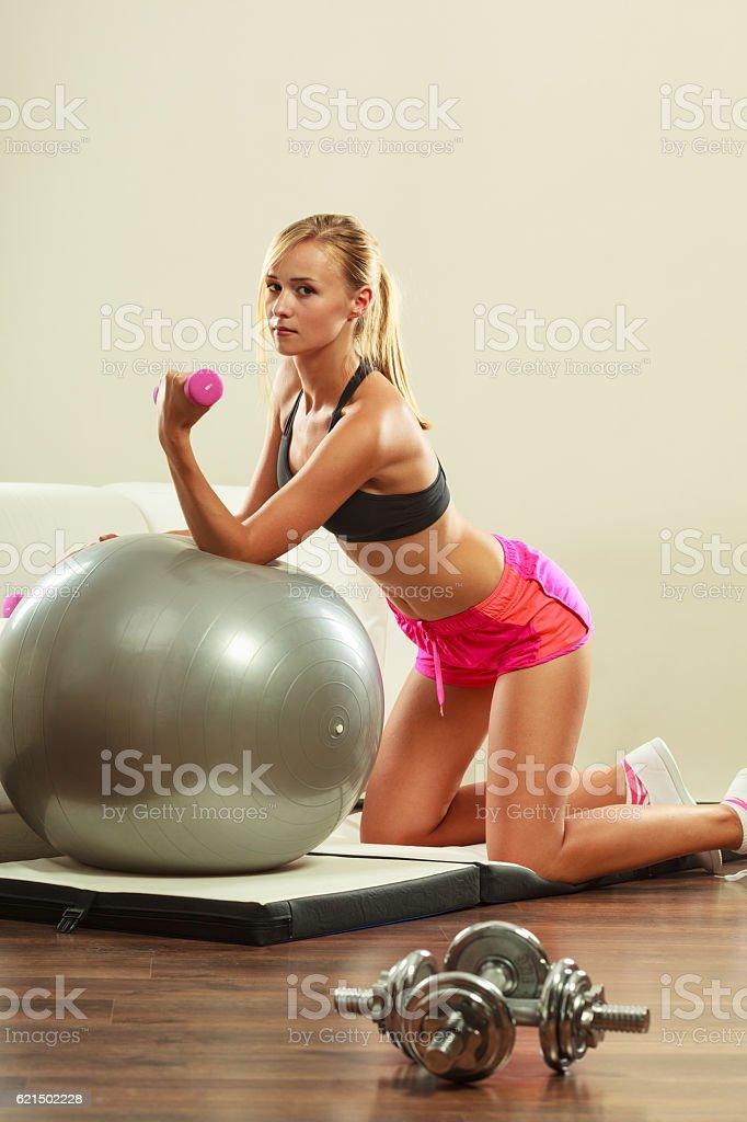 Femme avec ballon de gym et haltère en faisant de l'exercice photo libre de droits