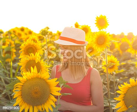 Woman With Hat In A Sunflower Field-foton och fler bilder på Dag
