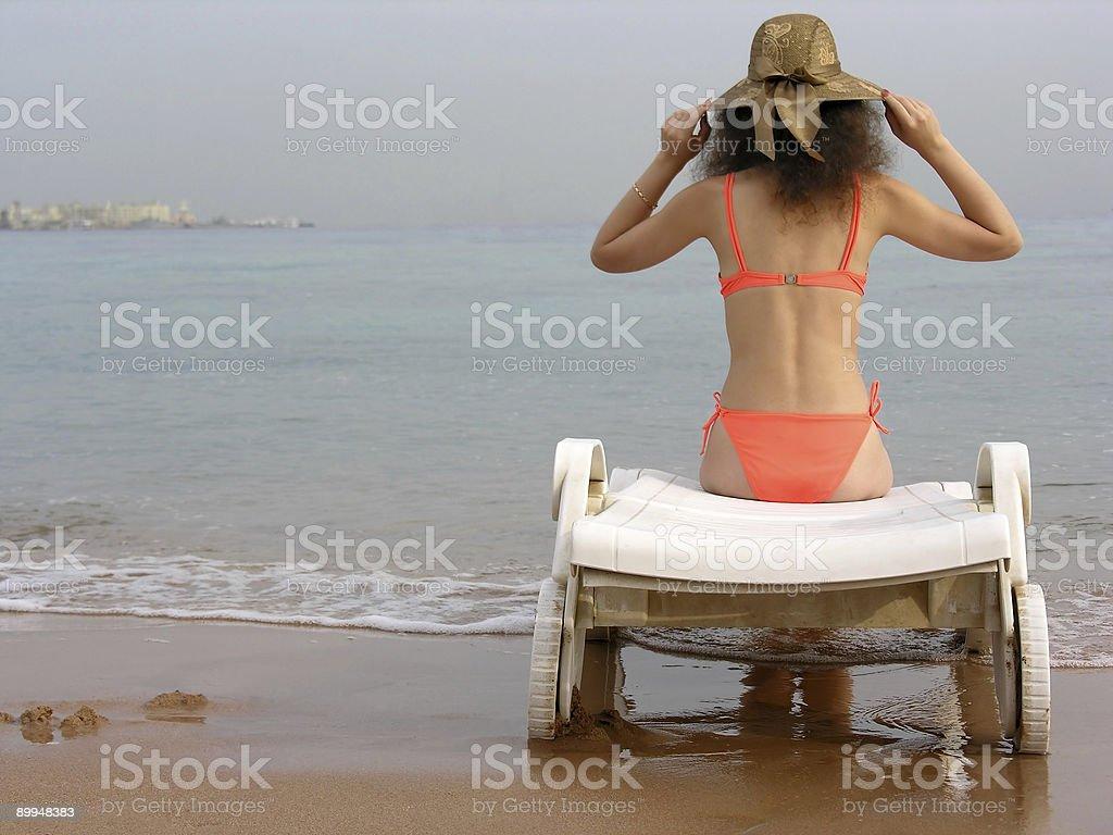 14d541e2b0af Mujer Con Sombrero En La Playa Foto de stock y más banco de imágenes ...