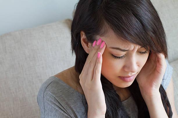 frau mit kopfschmerzen, migräne, schlaflosigkeit, stress, hangover, asiatische - höhenangst stock-fotos und bilder