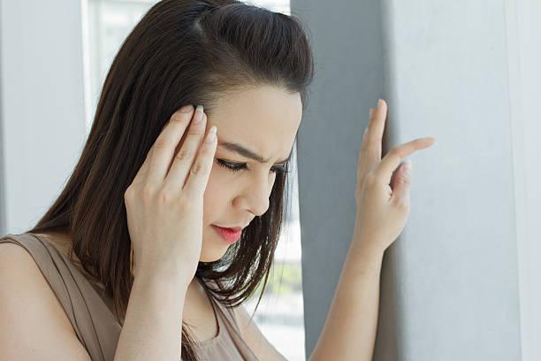 frau mit kopfschmerzen, migräne, schlaflosigkeit, stress, hangover - höhenangst stock-fotos und bilder