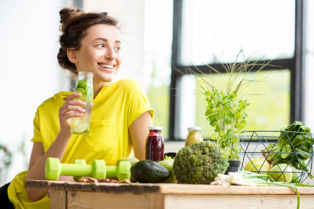 kobieta ze zdrową żywnością w pomieszczeniu - detoks zdjęcia i obrazy z banku zdjęć