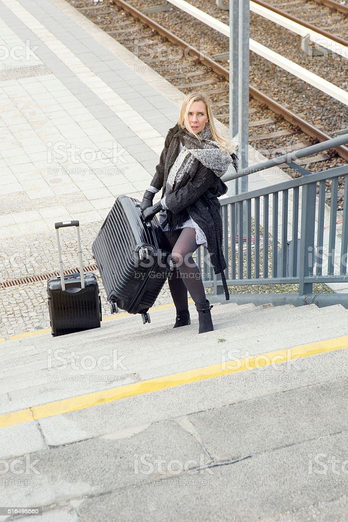 Frau mit schweren Koffern Treppensteigen am Bahnhof – Foto
