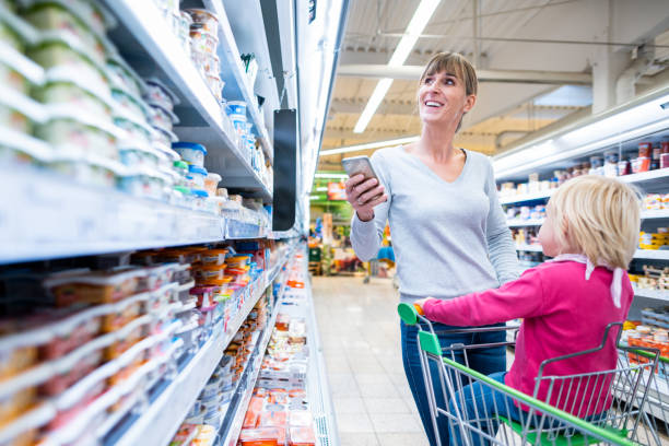 Frau mit Kind in frischer Abteilung des Supermarktes – Foto