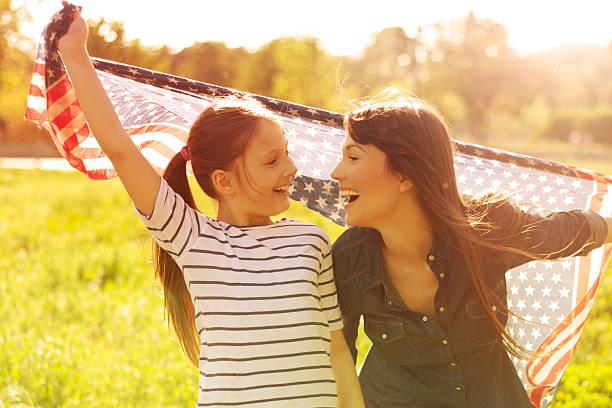 mulher com sua filha desfrutar do sol. - mãe criança brincar relva efeito de refração de luz imagens e fotografias de stock