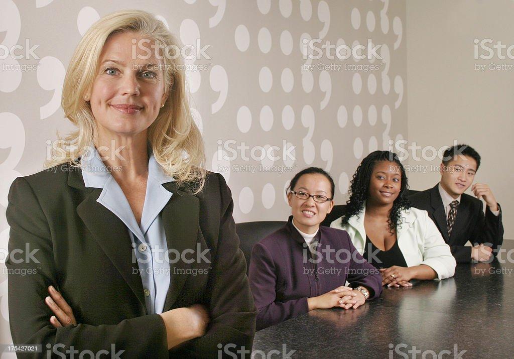 Frau mit ihrem vielfältigen business-team - Lizenzfrei Abmachung Stock-Foto