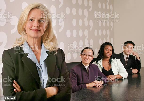 Frau Mit Ihrem Vielfältigen Businessteam Stockfoto und mehr Bilder von Abmachung