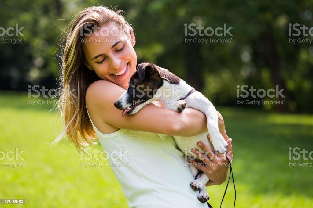 Frau mit ihrem Hund Jack Russell Terrier – Foto