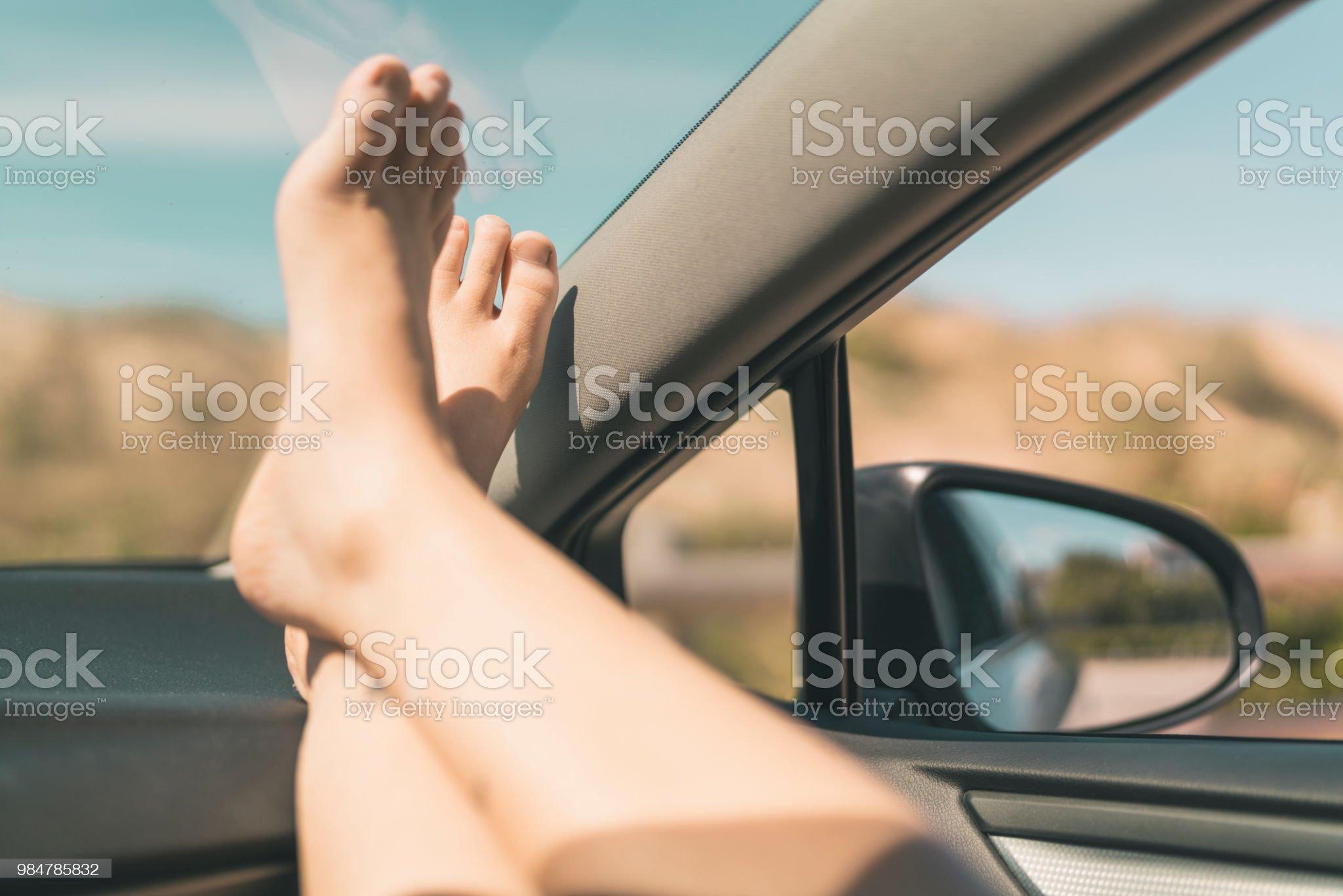 ✓ Imagen de Mujer con sus pies hacia arriba en la ventana del ...