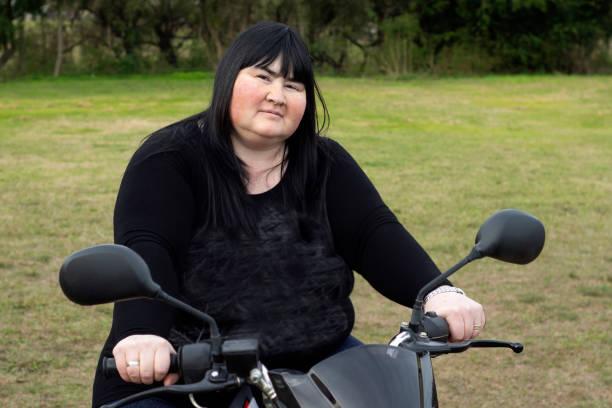 彼女のオートバイを持つ女性 - showus ストックフォトと画像