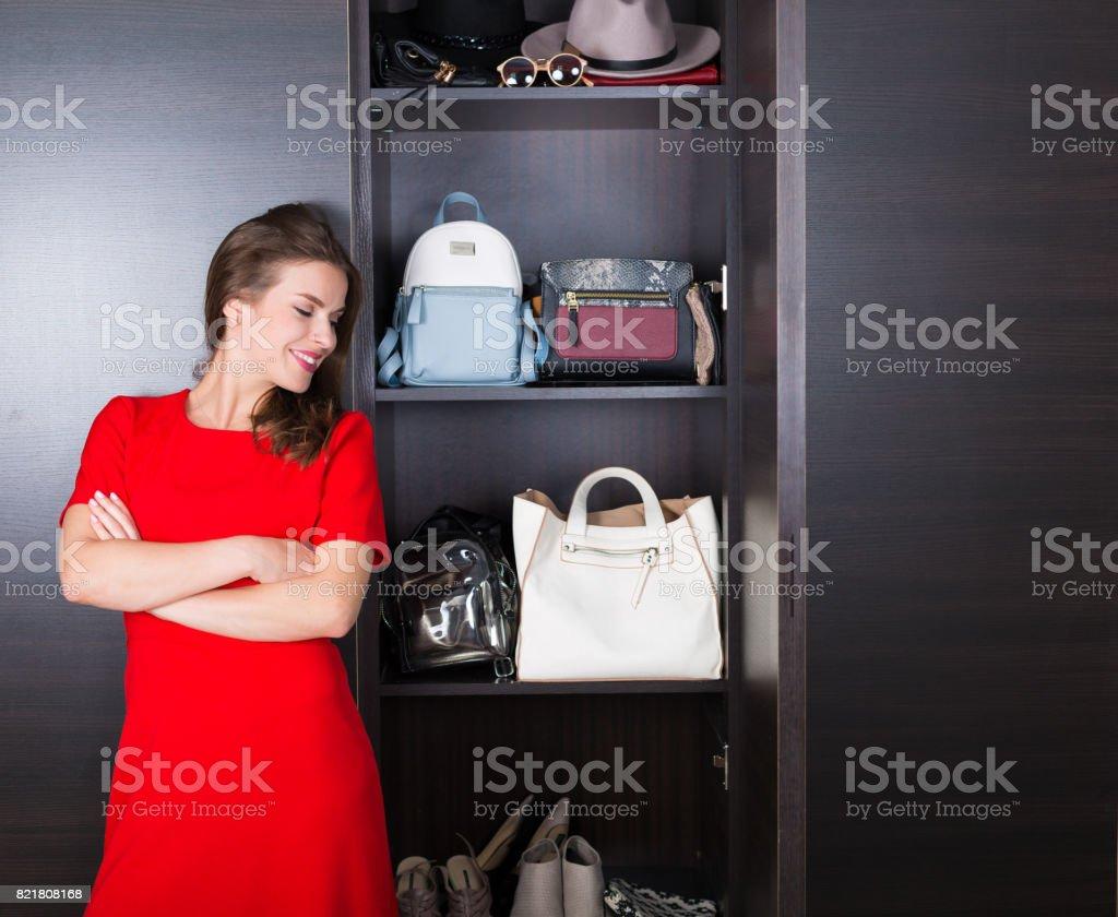 Frau mit ihrer Garderobe – Foto