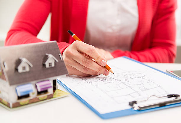 Woman with house sketch – Foto