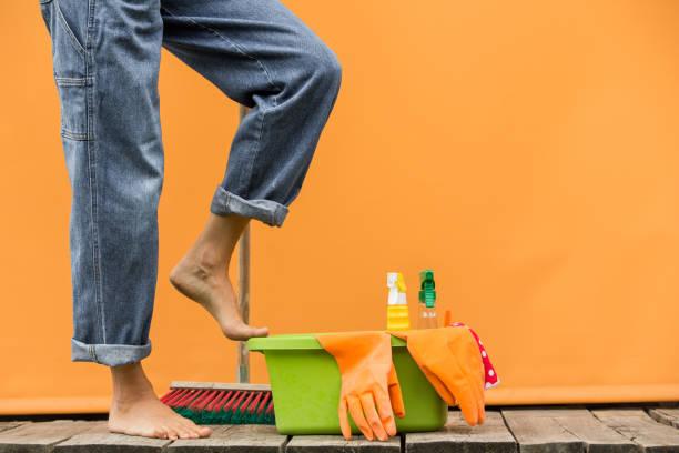 Mulher com fontes da casa prontas para limpar o quarto - foto de acervo