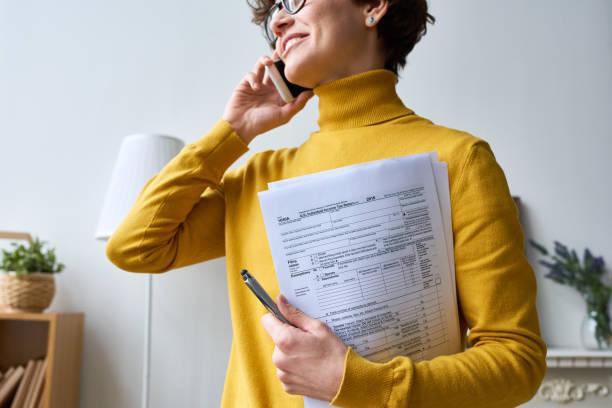 Frau mit individuellem Einkommensteuererklärungsformular – Foto