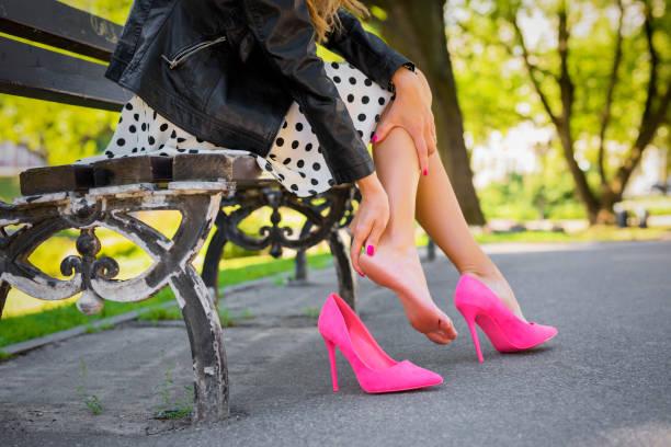 mulher com a perna ferida por causa de sapatos desconfortáveis - pé humano - fotografias e filmes do acervo