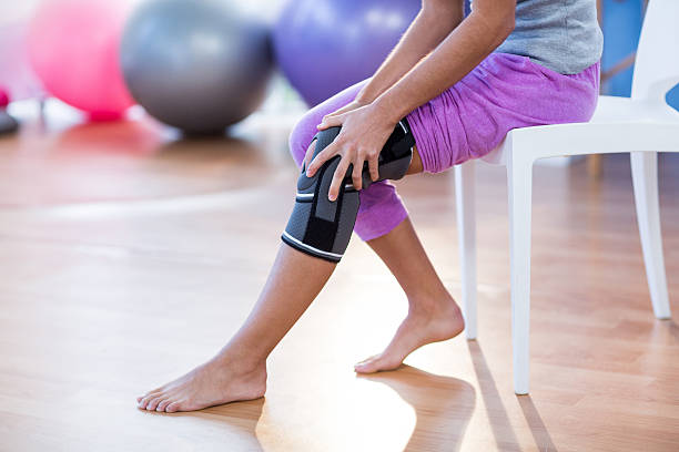 Mujer con lesión de la rodilla  - foto de stock