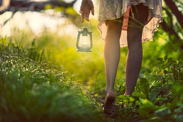 donna con lanterna nella foresta - scalzo foto e immagini stock