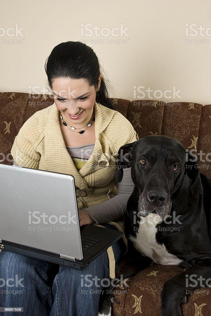 Frau mit laptop und ein großer Hund Lizenzfreies stock-foto