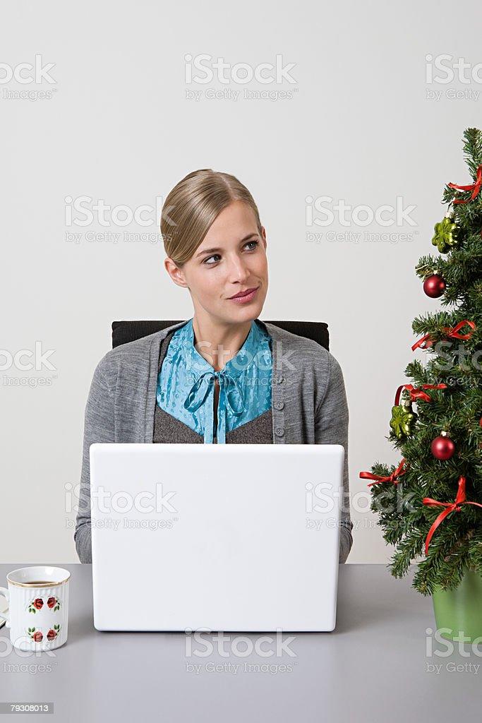 여자, 노트북 및 크리스마스 트리 royalty-free 스톡 사진