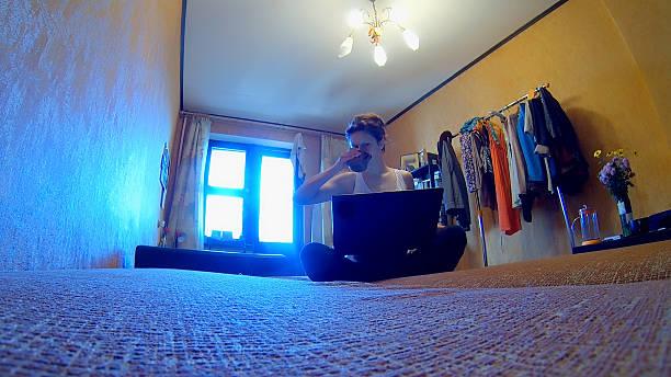Frau mit laptop auf dem Zimmer – Foto