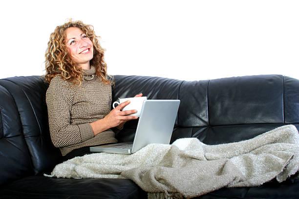 frau mit laptop - www kaffee oder tee stock-fotos und bilder