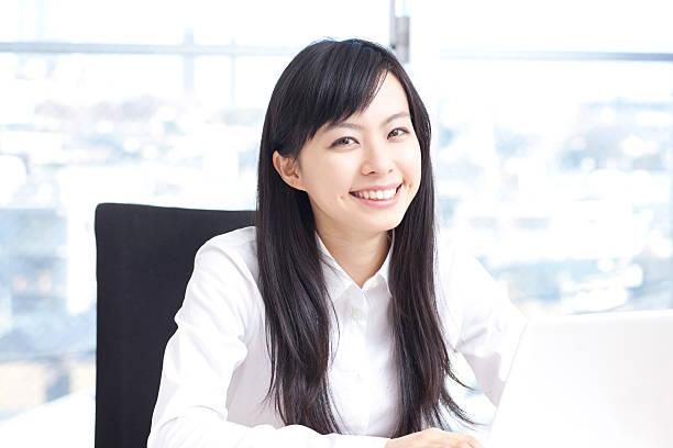 Mujer con ordenador portátil - foto de stock
