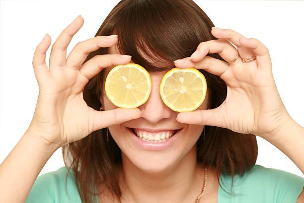 Frau mit Zitrone – Foto