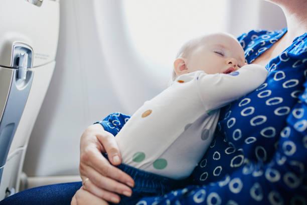 Frau mit kleinen Mädchen Reisen mit dem Flugzeug – Foto