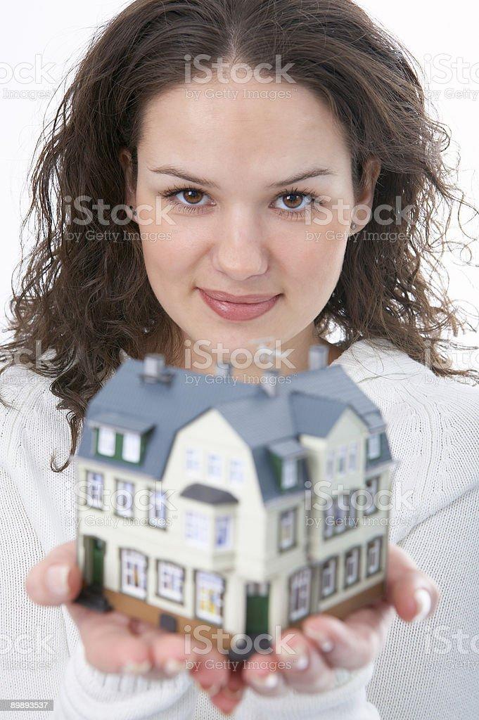 Frau mit kleinen Haus in der hand Lizenzfreies stock-foto