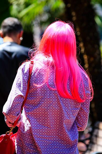 frau mit langen haaren und rosa schockierend farbige - gewagte trendige lange haare stock-fotos und bilder