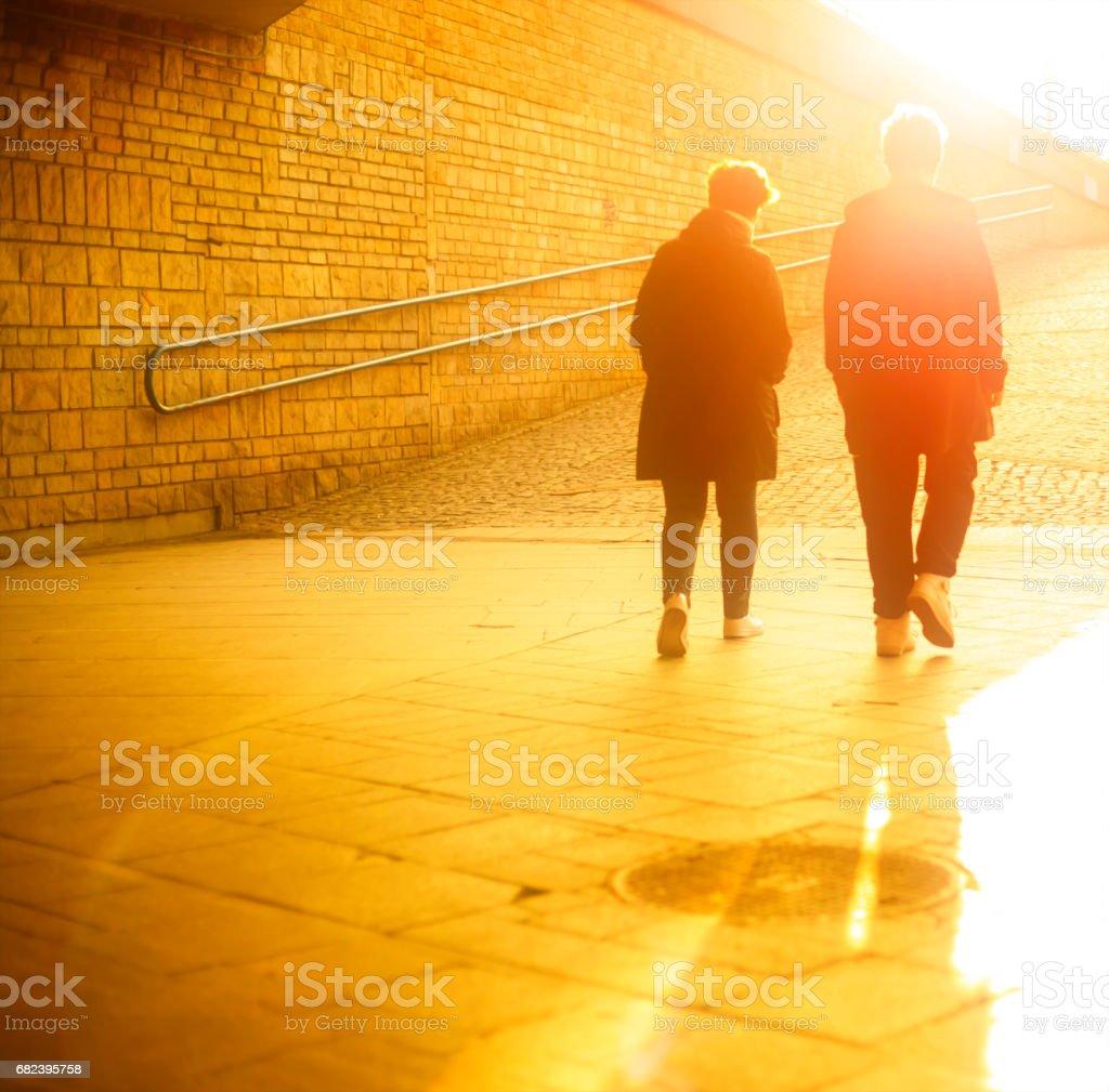 woman with man in urban scene zbiór zdjęć royalty-free