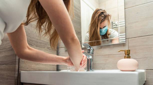 vrouw met medisch gezichtsmasker. - mirror mask stockfoto's en -beelden