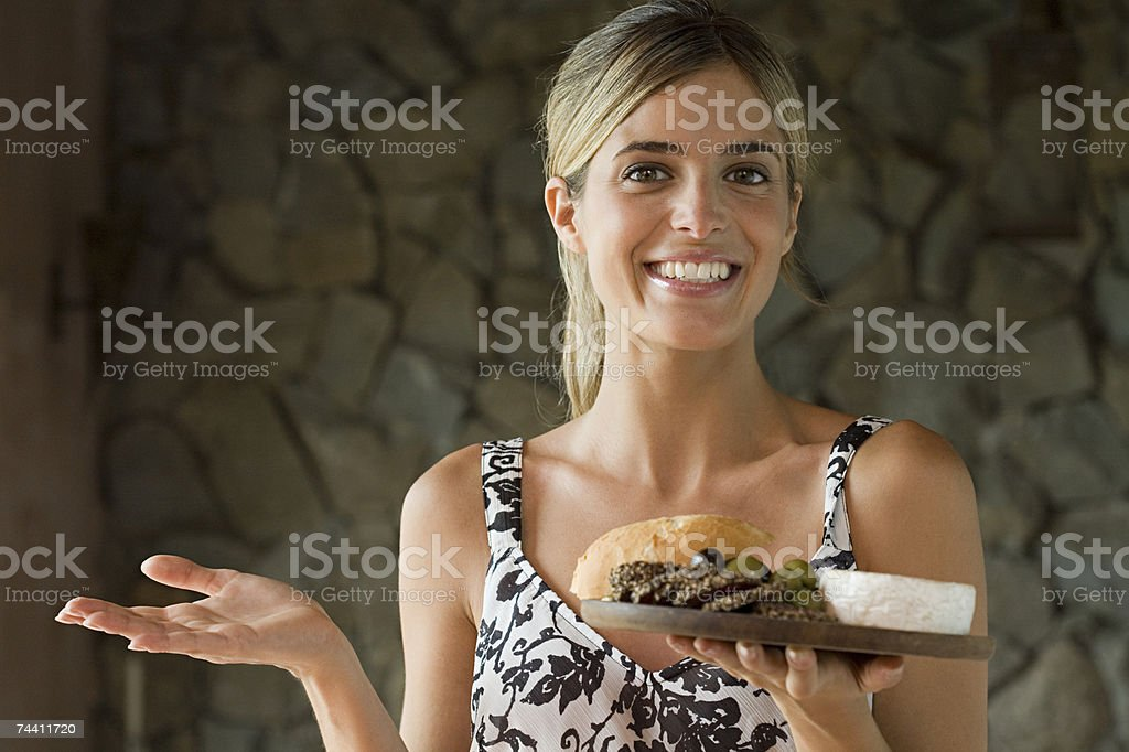 Mulher com Comida mediterrânea foto de stock royalty-free