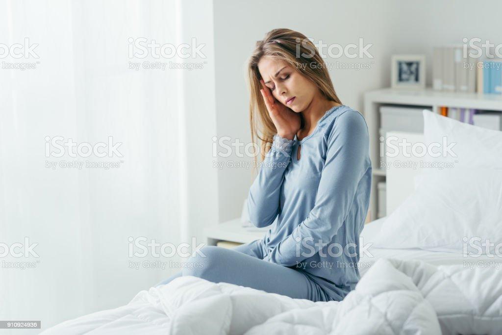 Mulher com enxaqueca - foto de acervo